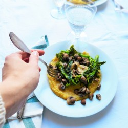 Polenta crémeuse avec Cima di Rape et champignons, sauce shiro miso