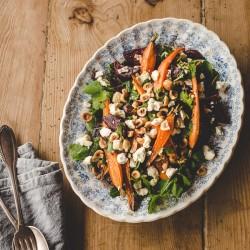 Salade carottes, betteraves rôties, roquette, chèvre, noisettes torréfiées avec vinaigrette aux agrumes